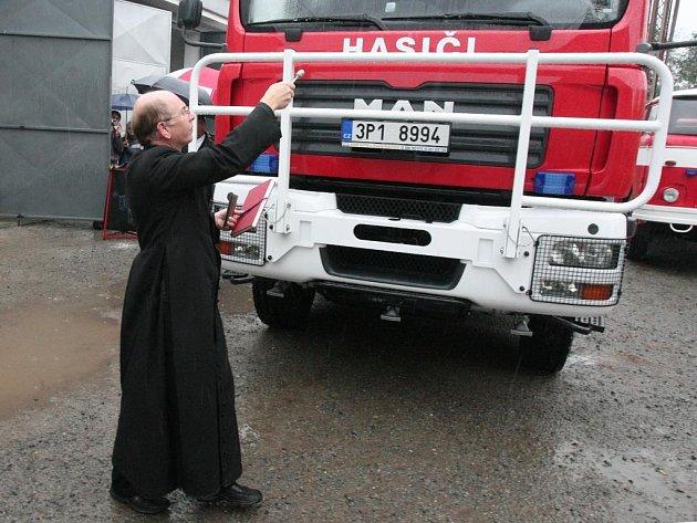 Sbory dobrovolných hasičů si své nové vozy nechávají často požehnat od duchovních. Snímek pochází z předání auta SDH Všeruby