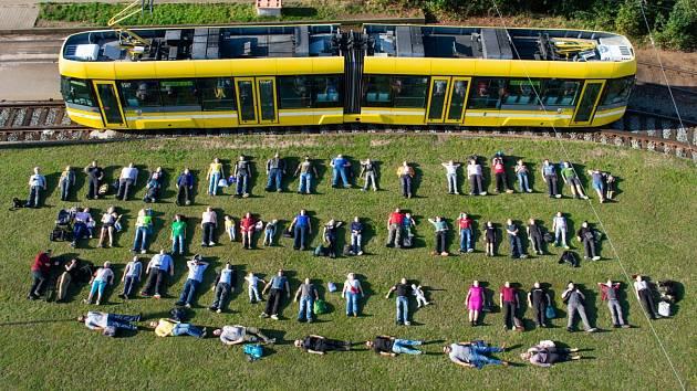 Velkokapacitní tramvaj, kterou Plzeňské městské dopravní podniky zapojily do výzvy Tetris challenge.
