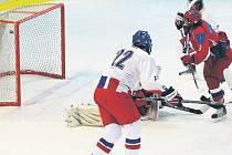 TĚSNÁ PROHRA. Ve třetím vzájemném souboji podlehla reprezentační šestnáctka v Třemošné Rusku 2:3. Na snímku překonává gólmana Dvořáka Rus Zachurin (v červeném) a vyrovnává na 1:1.
