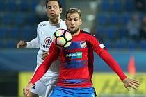 Tomáš Poznar (vpravo) si kryje míč před obráncem Slovácka Tomášem Radou.