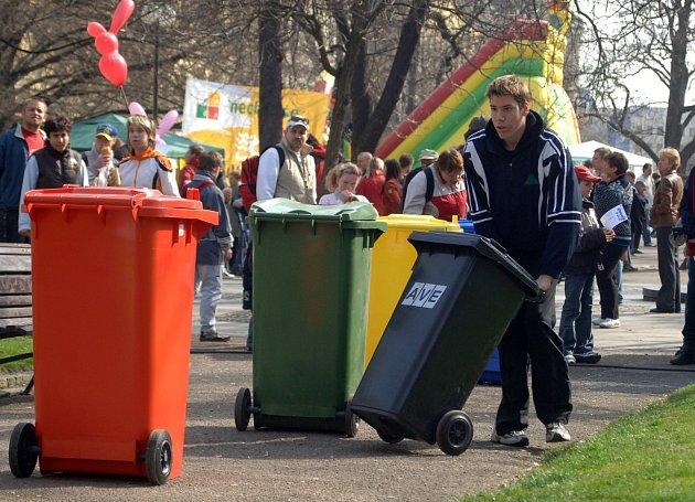 Soutěžní disciplínou byl i běh s popelnicemi