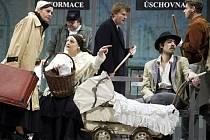 Cejch  je western z Krušných hor, který uvádí Západočeské divadlo v Chebu. V sobotu pořídí jeho záznam Česká televize.