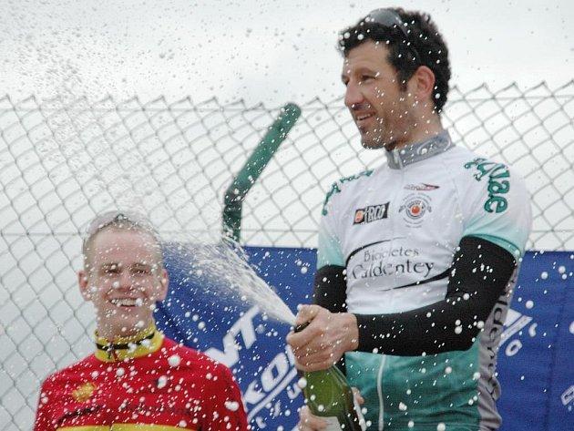 Pedro  Mas se raduje z vítězství  v úvodním   závodě  Giant ligy, který se konal  poprvé  na španělské Mallorce