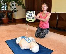 Nové přístroje představili v budově plzeňské radnice záchranáři Ivana Krsová a Lukáš Kukla.