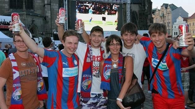 Fanoušci Viktorie na náměstí Republiky v Plzni