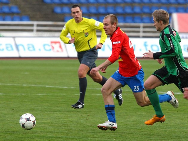 Záložník Viktorie  Daniel Kolář (v červeném) uniká soupeři v utkání první fotbalové Gambrinus ligy proti Příbrami