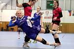 Házenkářky DHC Plzeň Linda Galušková (vlevo v červeném) a Denisa Franzová (vpravo) brání hráčku Veselí.