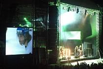 Dvě atrakce. Účastníci Metalfestu mohli najednou sledovat hokej i poslouchat švédskou kapelu Hammerfall