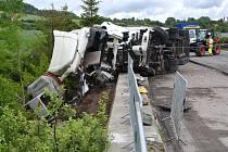 Vyprošťování vozidel po nehodě kamionu a bagru na rekonstruovaném úseku dálnice D5 u Mýta na Rokycansku.