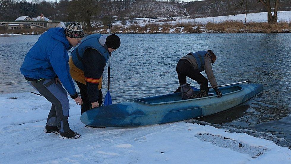 Sčítat vodní ptactvo vyrazili dobrovolníci na kánoích.
