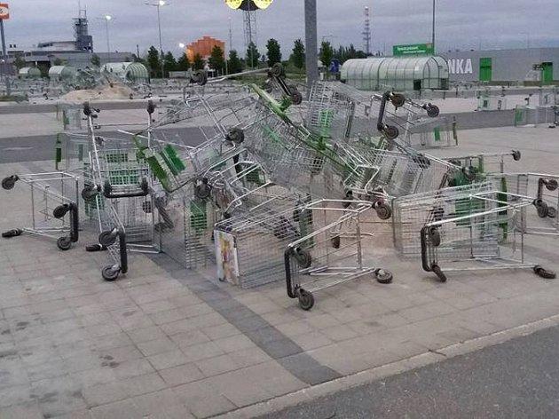 Nákupní vozíky na parkovišti u Globusu