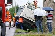 Trolejbus v Černicích sjel ze silnice a narazil do zdi