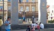 Na památníku Díky, Ameriko! se v neděli objevili performeři. Naaranžovali zde modely letadel a poházeli lístky s protiamerickým textem