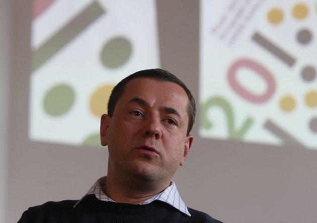 Ředitel společnosti Plzeň 2015 Tomáš Froyda s logem, které začne používat město Plzeň.