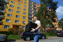 Kurýr David Starck z firmy JidloDomuPlzen.cz při rozvozu objednávek v Plzni-Skvrňanech