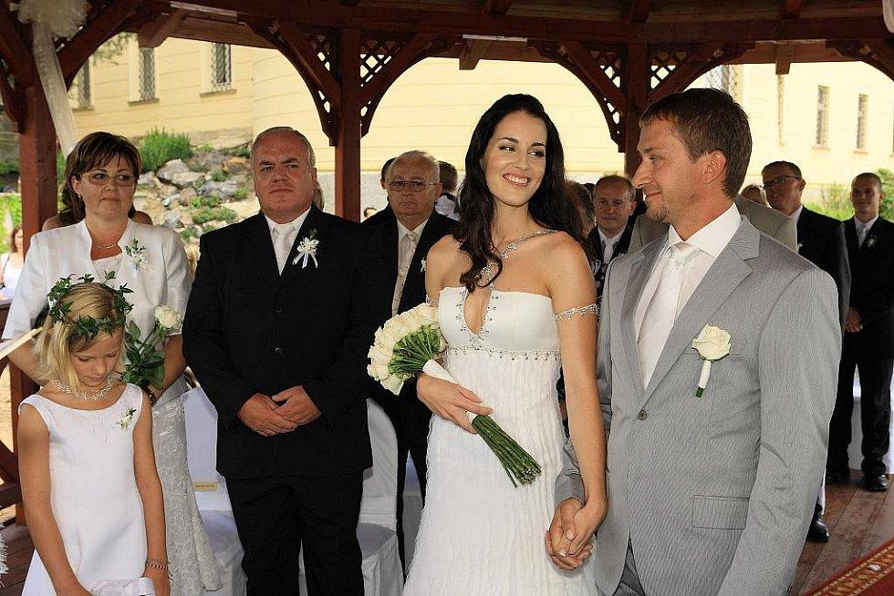 """Na zámku ve Zbirohu si řekli své """"ano"""" jachtař David Křížek a Miss České republiky za rok 2003 Lucie Váchová."""