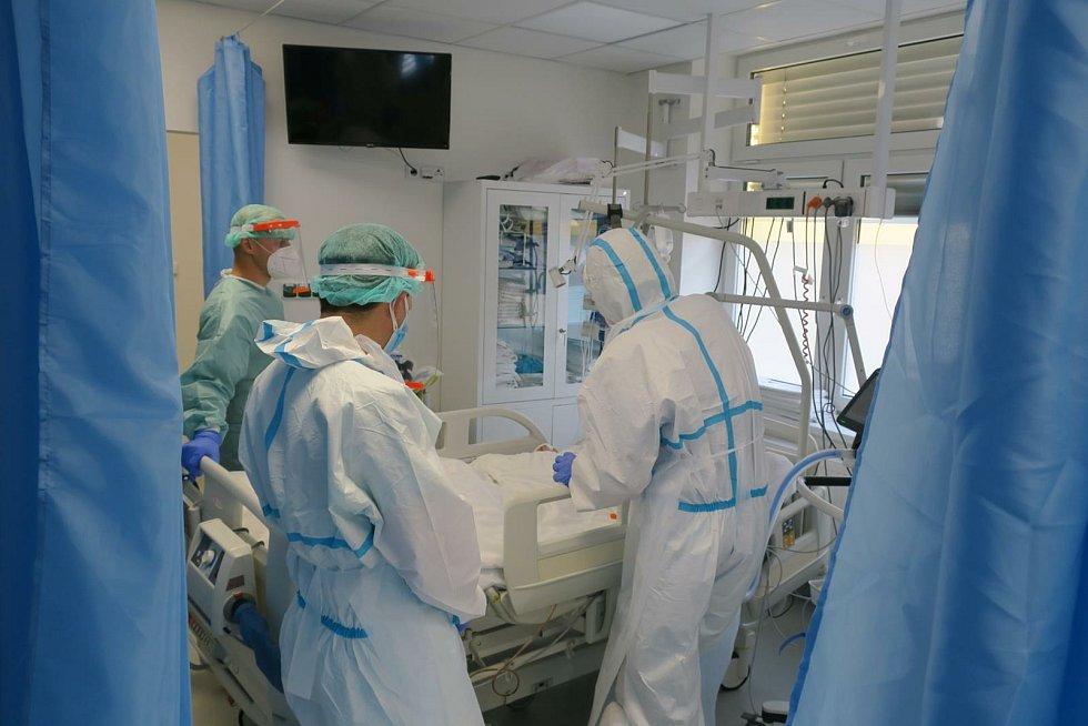 Ve Stodské nemocnici vypomáhali policisté.