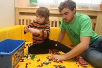 Matyáš je veselý kluk, spokojený je třeba s asistentem Adamem v MŠ pro děti s vadami řeči. Autismus totiž není vidět