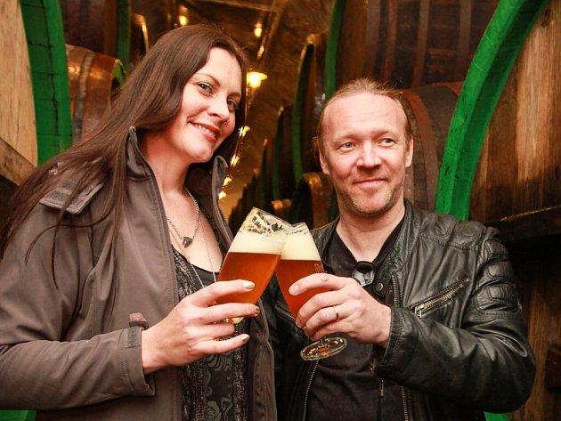 Floor Jansen a Kai Hahto ze skupiny Nightwish ochutnávají pivo v Plzeňském Prazdroji