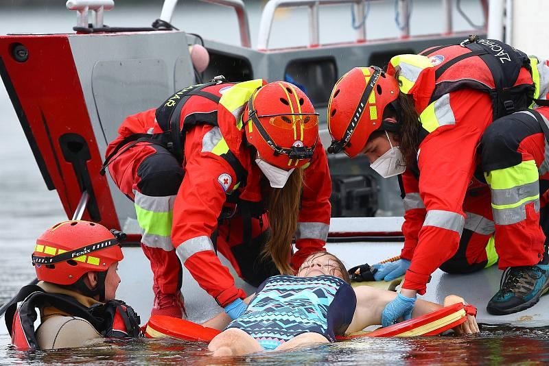 41 - Ukázka zásahu záchrany tonoucího z vody.