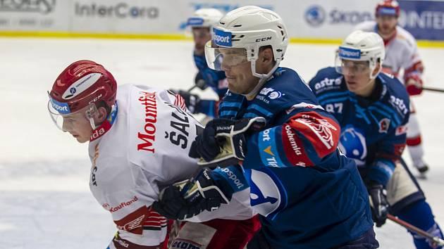 Plzeňský obránce Matěj Stříteský (uprostřed) blokuje Radima Šaldu z týmu Hradce v utkání, které Škodovka prohrála 1:4.