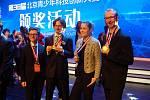 Ondřej Brichta (druhý zleva) a Milan Malina (vpravo na snímku) vymysleli a sestrojili šestinohého kráčivého brouka, s nímž zvítězili na Mezinárodní vědecké soutěži v Číně. Na fotografii jsou s kolegy při předávání zlatých medailí.