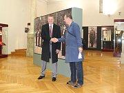 Jakub Novotný (vlevo) z firmy Beareka viděl zbraně z firemní sbírky poprvé vystavené v celkové šíři až v Západočeském muzeu v Plzni. Na snímku je zachycen s Bohumilem Divišem, kurátorem výstavy, jež se jmenuje Pistole, pušky a samopaly československých zb