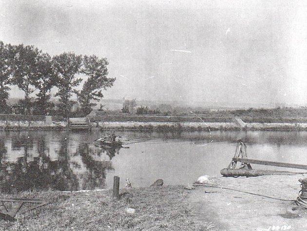 Američané překračují Albertův kanál nedaleko Hasselt