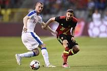 Michael Krmenčík (vlevo) v souboji s belgickým fotbalistou.