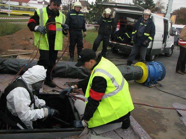 Pracovník firmy Shell kontroloval těsnost podzemní nádrže v čerpací stanici na Koterovské třídě v Plzni. Nádrž totiž dostane novou náplň, ta původní Special 91 se už ve stanici prodávat nebude.