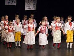 Nejmenší tanečníci Mladinky na narozeninovém koncertu v Divadle Alfa. Nahoře ve výřezu je obal nejnovější nahrávky dětského folklorního souboru Mladinka