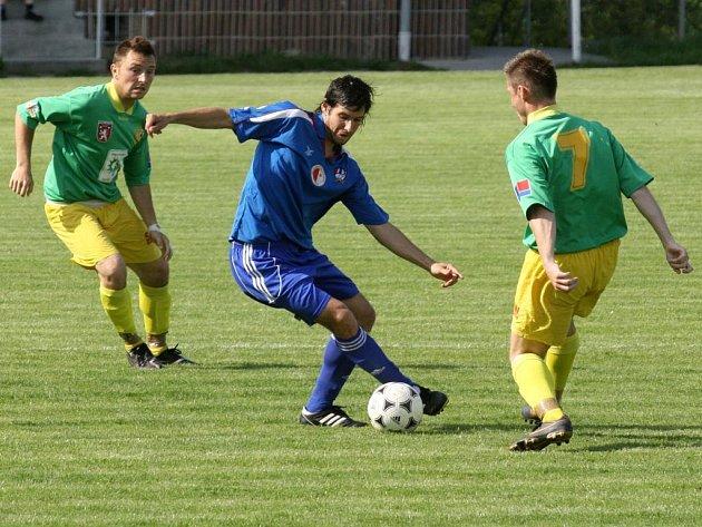 Vejprnický Pavel Kučera (v modrém dresu) se probíjí obranou Tatranu Prachatice v utkání fotbalové divize. Vejprničtí dokázali na domácím trávníku otočit nepříznivé skóre a zvítězili 2:1. Vítězství nad Jihočechy jim v tabulce skupiny A vyneslo šesté místo