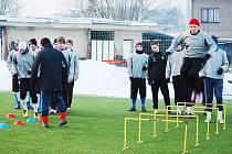 Starší dorostenci Viktorie Plzeň zahájili zimní přípravu na hřišti v Luční ulici. Pod vedením trenéra Jiřího Kohouta  (otočen) se připravují  na jarní část sezony