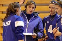 Trenérka Kateřina Svobodová (uprostřed) společně s asistentkou Jitkou Gorčíkovou dovedla juniorky Slavie VŠ Plzeň k sedmému místu ve volejbalové extralize