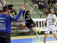 David Poloz (černý dres) střílí na branku Lovosic v semifinále minulé sezony extraligy