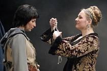 Jana Tetourová (vlevo) při zkoušce v titulní roli opery P. I. Čajkovského Panna orleánská, jejíž inscenace bude mít premiéru pozítří ve Velkém divadle v Plzni (na snímku s Ivanou Veberovou)