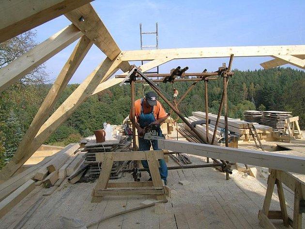 Nový krov kostela sv. Jana Křtitele v Ostrovci už se rýsuje. Hotový by měl být do konce října, prozatím ho prý překryje jen provizorní krytina