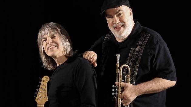 Kytarista Mike Stern (vlevo) a trumpetista Randy Brecker.
