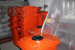 Oranžové kontejnery na tuky.