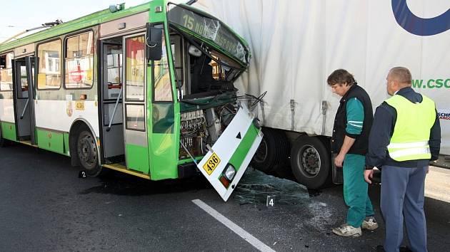 Havárie trolejbusu č. 15 a kamionu na Domažlické třídě