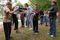 Pohybové schopnosti a cit pro rovnováhu prokazovali žáci a žákyně na lanech upevněných na stromech.