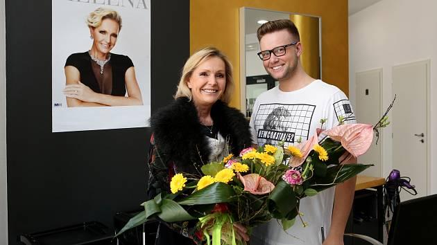 Kadeřník Michal Wagneter se staral o účes zpěvačce Heleně Vondráčková, která vystupovala v muzikálu Kočky v plzeňském Novém divadle.