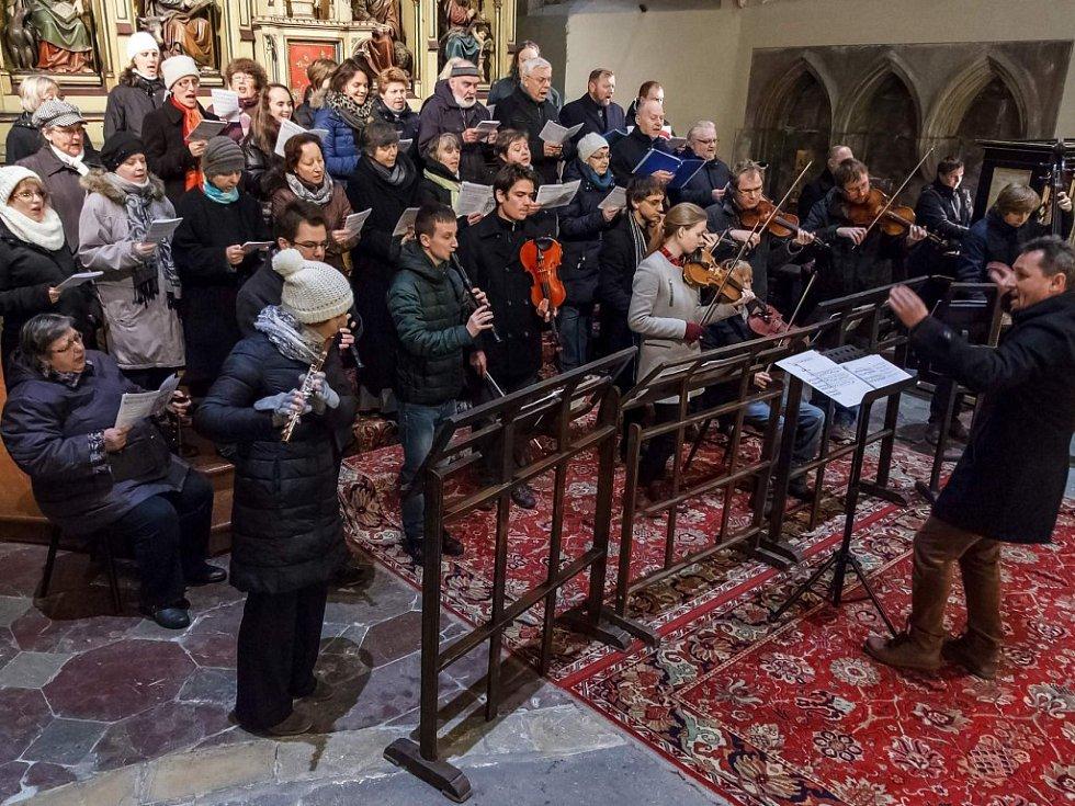 Literátské bratrstvo pod vedením Petra Kryla při rorátech v katedrále sv. Bartoloměje v Plzni