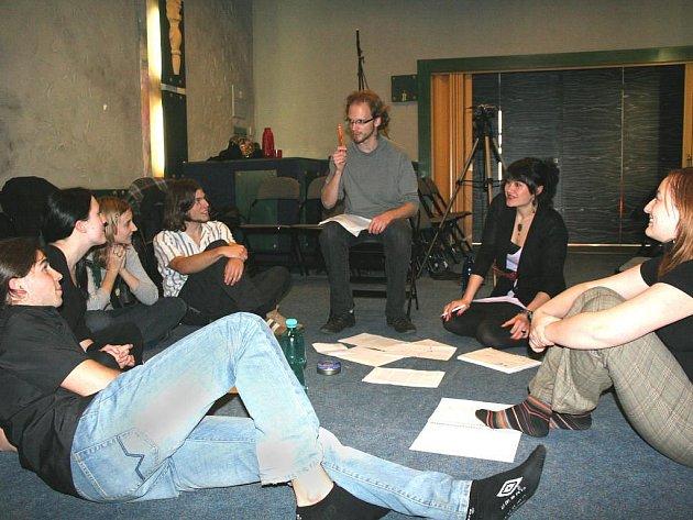 Účastníci projektu Karavany dávají dohromady scénář filmu