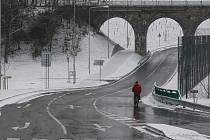 Po nové silnici, která spojuje kruhový objezd u Makra a Vejprnickou ulici, se začalo včera jezdit. Při její stavbě ale vznikla škoda na nedalekých tenisových kurtech. Při lijáku je spláchlo bahno