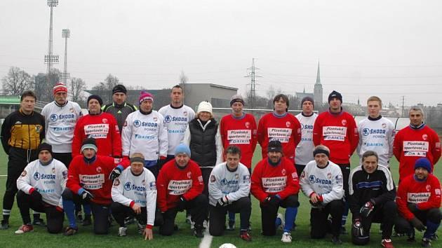 Společný snímek bývalých ligových fotbalistů Viktorie Plzeň před zahájením silvestrovského zápasu