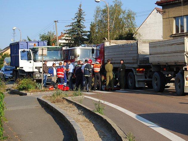 Sedmasedmdesátiletý muž zahynul ve středu ráno pod koly kamionu uprostřed Kaznějova na severním Plzeňsku