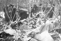 Historický snímek z roku 1944 s pozůstatky sestřeleného bombardéru na Dubči v katastru obce Prádlo