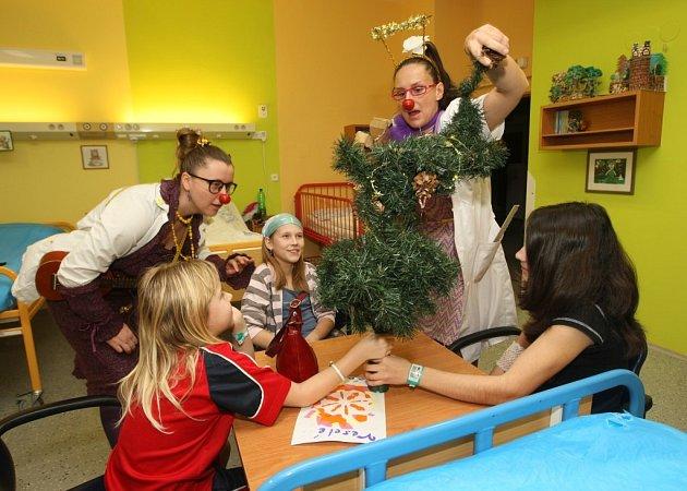 Zdravotní klauni navštívili pacienty Dětské kliniky ve Fakultní nemocnici v Plzni