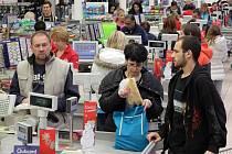 Druhý adventní víkend plnil obchody i před výplatou